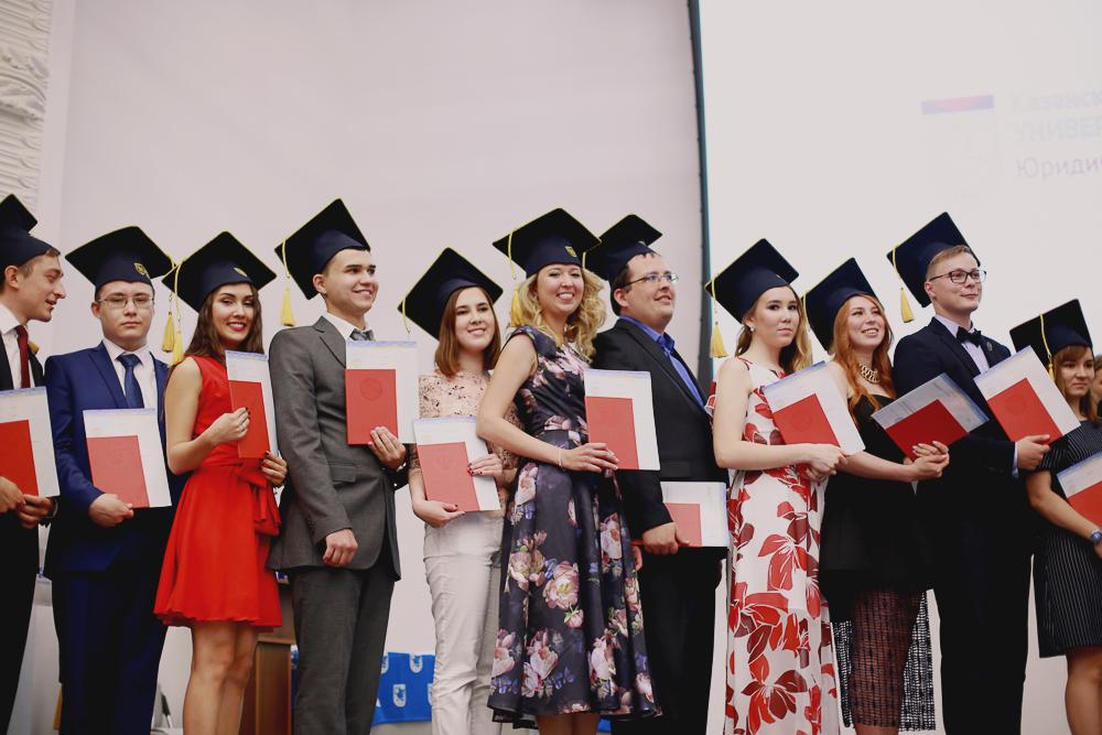 Ректор КФУ вручил лучшим выпускникам дипломы с отличием  Ежегодно ректор КФУ лично вручает красные дипломы студентам проявившим себя не только как знатоки предметов но и как творческие личности